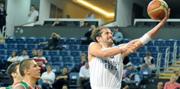 Anadolu Efes zorlanmadan yarı finale
