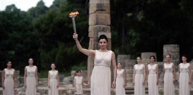 2012 Londra Olimpiyat Oyunları'nın meşalesi yakıldı
