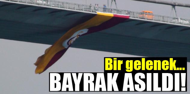 Bayrak köprüye asıldı!
