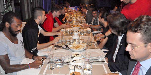 Yemekte buluştular