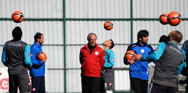 Mustafa Denizli moral aşılıyor