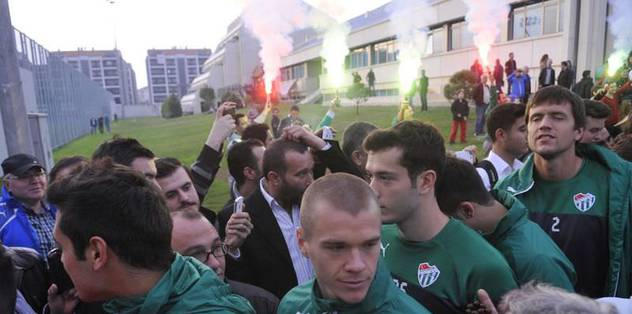 Bursaspor'a meşaleli karşılama
