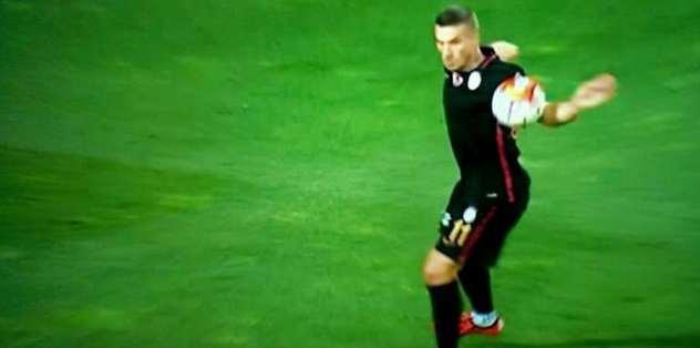 Podolski'nin golünde elle müdahale...