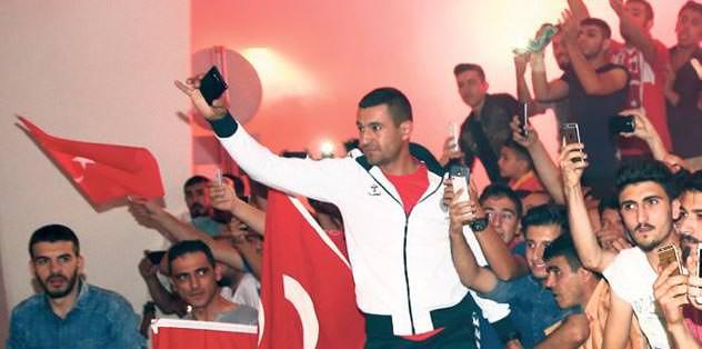Türk taraftarlar sehri istila etti
