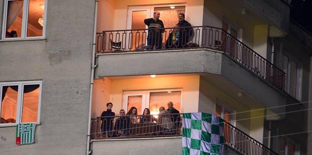 Hem stat hem balkonlar doldu