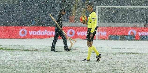 Snowfall interrupts Besiktas match