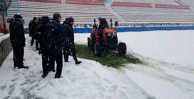Avni Aker'de kar kalınlığı 30 cm'yi aştı
