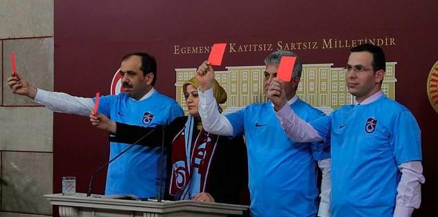 Mecliste kırmızı kartlı protesto