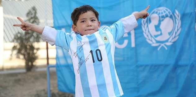 Messi, poşetten formalı çocuğu unutmadı