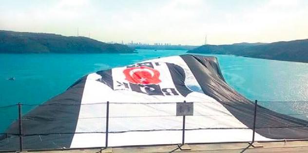 Köprüye 'dev' bayrak asıldı