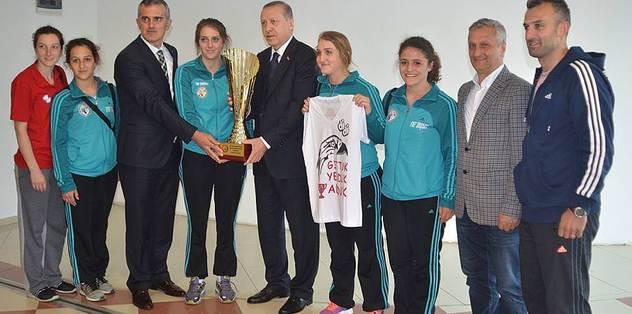 Cumhurbaşkanı Erdoğan, Ardeşenspor'un kupasını kaldırdı