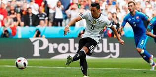 Mesut'tan Sanchez'e kutlama