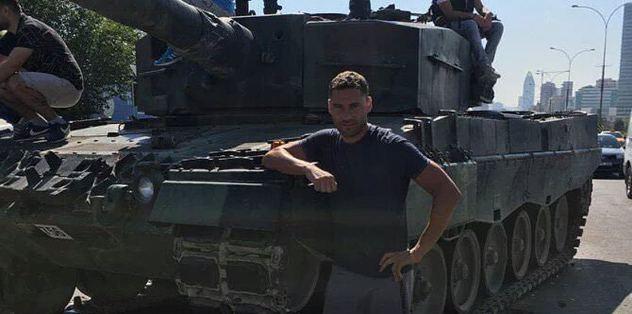 Beşiktaşlı Tosic tankın önünde poz verdi