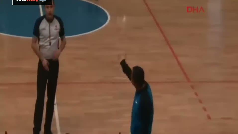 Basketbol maçında cinnet geçiren antrenör