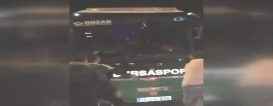 İşte Bursasporlu futbolculara saldırı anı