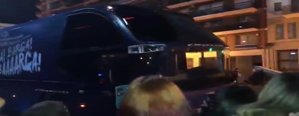 Barcelona takım otobüsüne taşlı saldırı