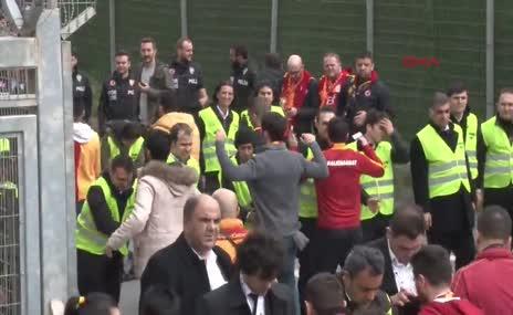 G.Saray taraftarı TT Stadı önünde toplandı