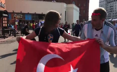 Rus şarkıcı Zvezda Türk bayrağı ve darbukayla Moskova sokaklarını gezdi